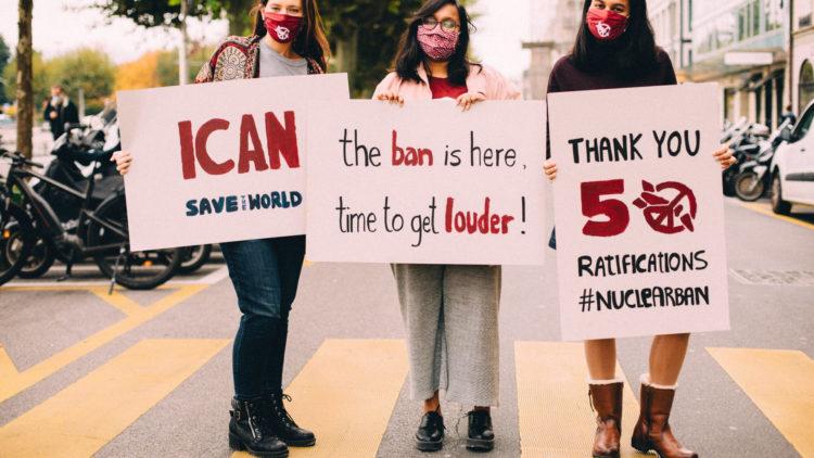 24.10.2020, η ΣΑΠΟ φτάνει τα απαιτούμενα 50 κράτη μέρη για την έναρξη ισχύος, αφού η Ονδούρα επικύρωσε μία ημέρα μετά την Τζαμάικα και το Ναουρού. Σε 90 ημέρες, η συνθήκη τίθεται σε ισχύ 75 χρόνια μετά την πρώτη χρήση τους. (Φωτογραφία: ICAN|Aude Catimel)