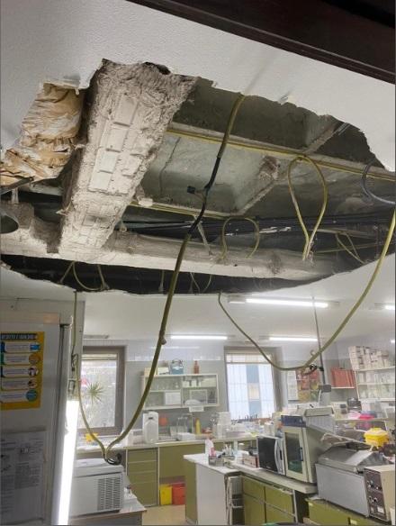 Imagen del techo caído sobre un laboratorio del hospital madrileño Ramón y Cajal. / CCOO