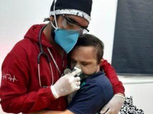 Raimundo Matos, infirmièr. Emerson Junior, patient