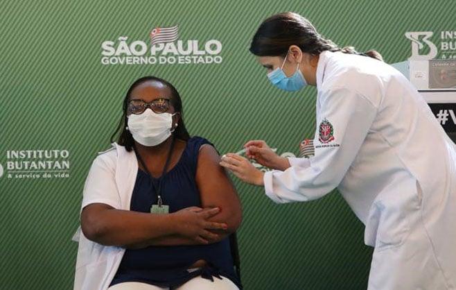 Mônica, a enfermeira que entra para a História do Brasil, representa o País que somos