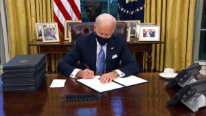 Biden firma órdenes ejecutivas sobre el medioambiente, la inmigración, los derechos civiles, la economía y la pandemia