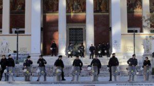 Ελλάδα: «Παντού αστυνομικοί, πουθενά γιατροί»