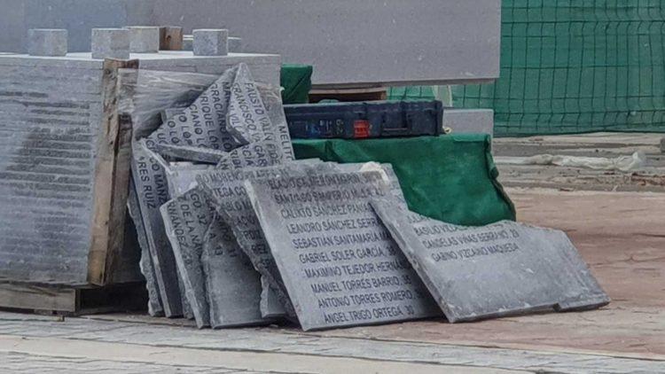Placas retiradas por Martínez-Almeida del cementerio de la Almudena (Madrid)