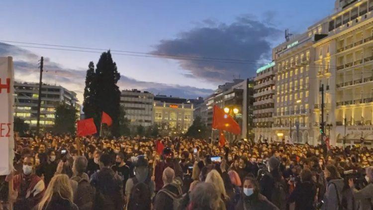 Gli studenti davanti al Parlamento greco