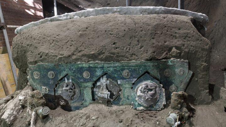 Carruagem cerimonial romana quase intacta encontrada perto de Pompeia