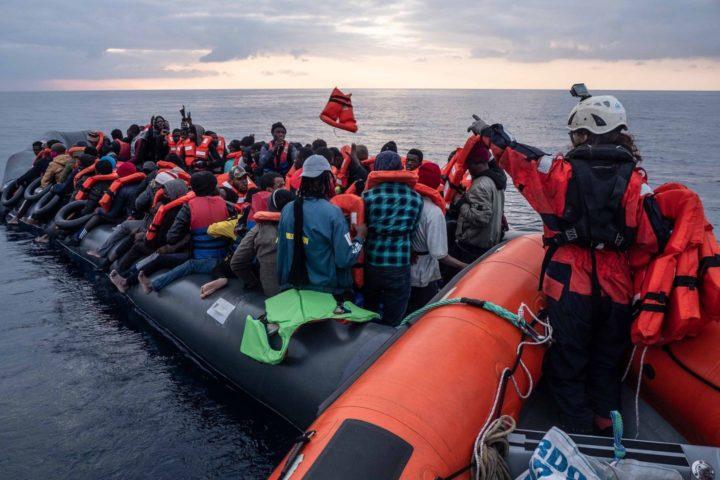 361 naufraghi salvati dalla Sea-Watch 3 attendono l'indicazione di un porto sicuro