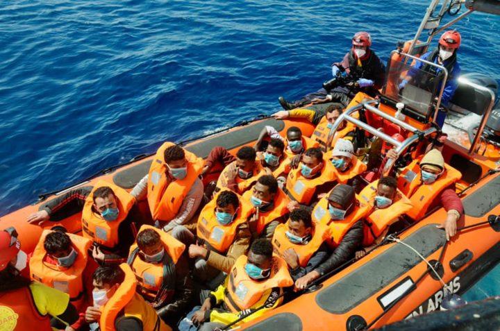 Open Arms – Emergency, soccorsi altri 181 naufraghi nel Mediterraneo