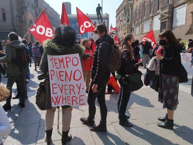 """La scuola scende in piazza: presidio anche a Bologna al grido """"no dad!"""""""