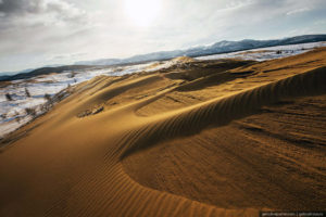"""Foto incredibili che mostrano un """"deserto"""" nel sud della Siberia, coperto di sabbia e neve allo stesso tempo"""