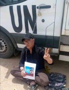 El activista saharaui Hamadi Nasiri protesta ante la ONU, encadenándose en sus coches