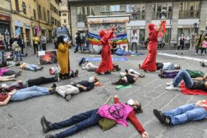 Extinction Rebellion a Firenze denuncia la finanza fossile