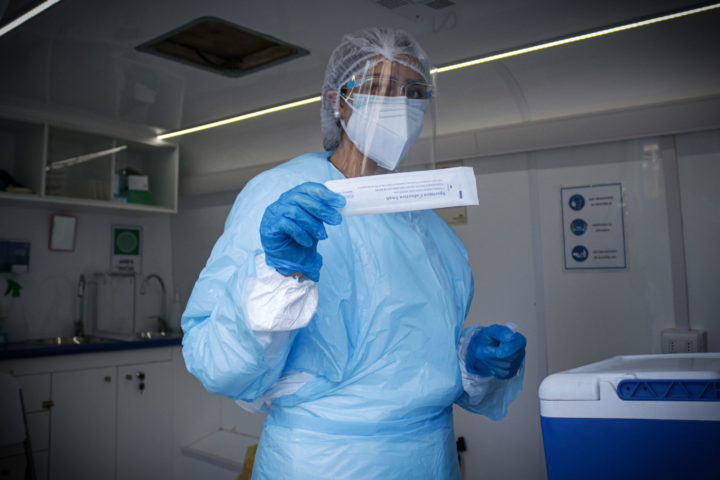 Enfermera muestra test de muestra de Coronavirus en Valparaíso, Chile