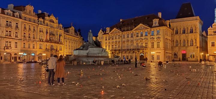 Commozione e riflessione a Praga: 25mila croci per chi non vedrà la fine della pandemia