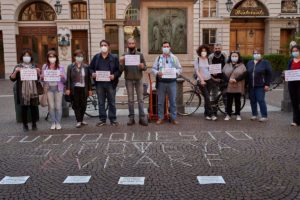 Photo reportage: the campaign #Healthnoweapons takes to the streets of Turin