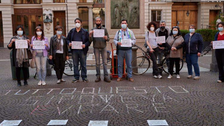 Fotoreportage: Die Kampagne Gesundheit statt Waffen erobert die Straßen von Turin