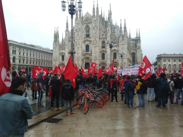 1° maggio a Milano, tante bandiere sotto la pioggia