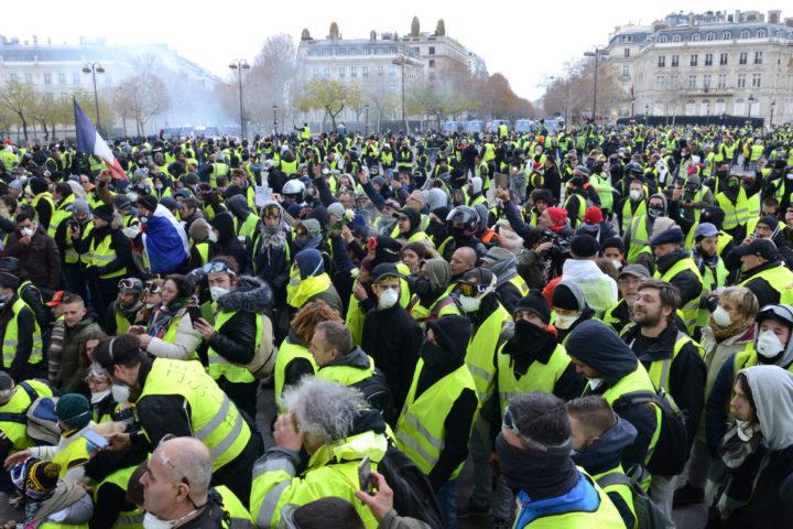 Las manifestaciones masivas de los últimos años en varios lugares del planeta, desde la India hasta Colombia, pasando por Francia, anuncian el final de un modelo económico y político que muchos consideraban infalible: El Neoliberalismo.
