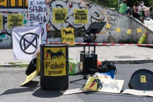 """Roma, presidio Extinction Rebellion: """"Basta al greenwashing e alla falsa transizione di Eni"""""""