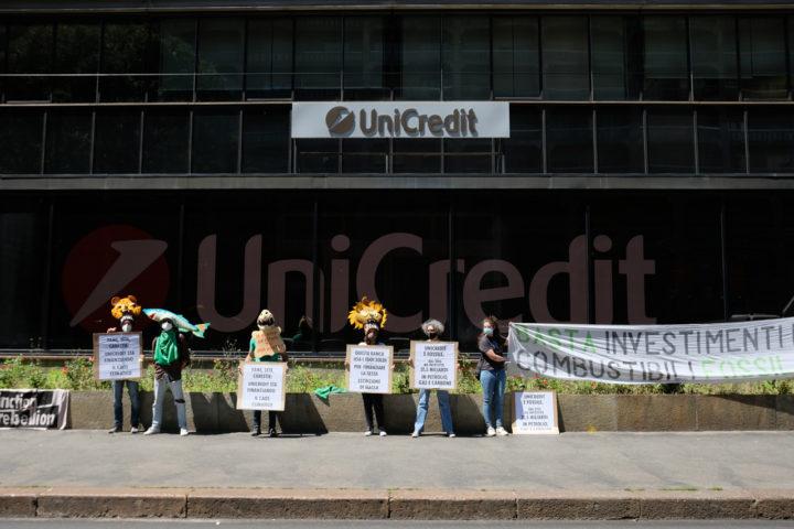 Extinction Rebellion Torino: sit-in di protesta davanti alla sede torinese di Unicredit