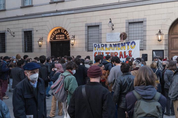folla davanti al Piccolo