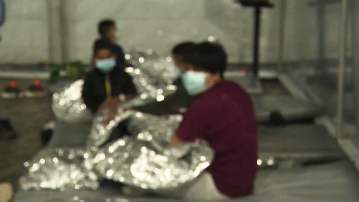 Associated Press informa que el Gobierno de Biden tiene retenidos a 21.000 menores migrantes en centros abarrotados sin supervisión