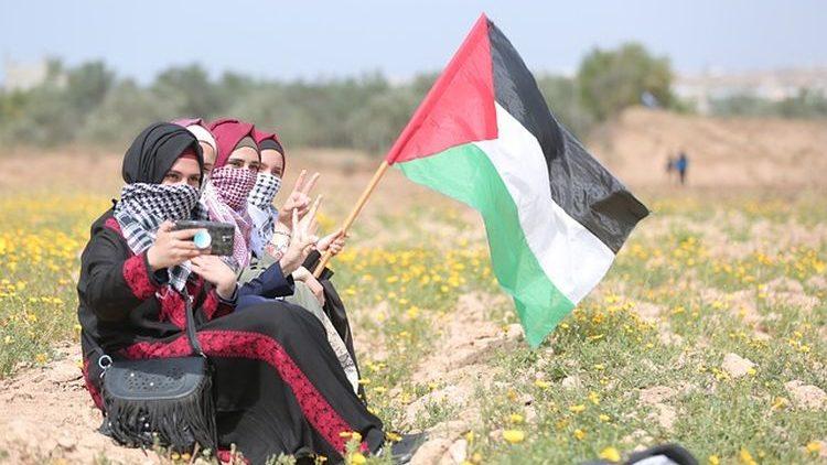 Ragazze con bandiera palestinese