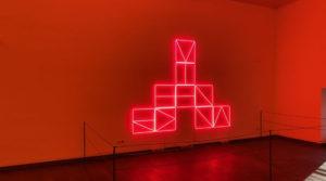 Symmetrie und Rotlicht – Das Rote Wien des Alfredo Jaar