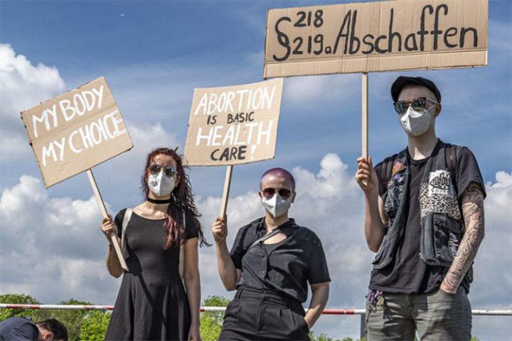 Zugang zu legalem Schwangerschaftsabbruch vom Europaparlament gefordert - vom Bundestag abgelehnt