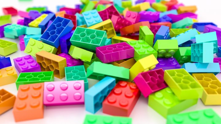 """Le figurine della Lego dedicate alla comunità LGBT+. Il pinkwashing diventa """"norma"""""""