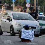 Attivisti seduti da soli in mezzo al traffico nel centro di torino: extinction rebellion di nuovo in azione