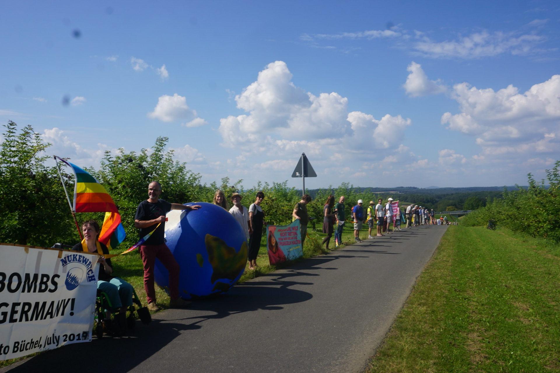 800 Menschen protestieren für Abzug der Atomwaffen und Beitritt zum Atomwaffenverbot