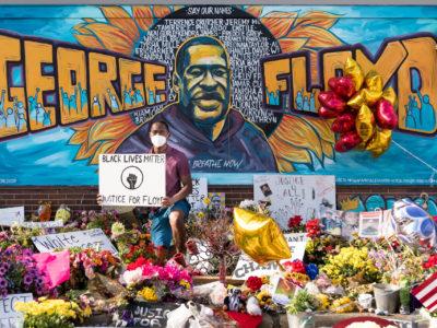 La peinture murale de George Floyd à l'extérieur de Cup Foods, à l'angle de Chicago Ave et E 38th St, à Minneapolis, Minnesota, jeudi soir, après un service commémoratif. La peinture murale est devenue un endroit populaire à visiter et pour les selfies. La fresque, située à l'angle de la 38e rue et de Chicago Avenue South à Minneapolis, est l'œuvre des artistes Xena Goldman, Cadex Herrera et Greta McLain. Le groupe a commencé à travailler sur la fresque jeudi matin et l'a terminée en 12 heures, avec l'aide des artistes Niko Alexander et Pablo Hernandez.