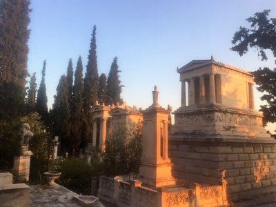 Όψεις λόφου πίσω από την κεντρική πλατεία του Α' νεκροταφείου. Φωτογραφία Ιωάννα Παρασκευοπούλου.
