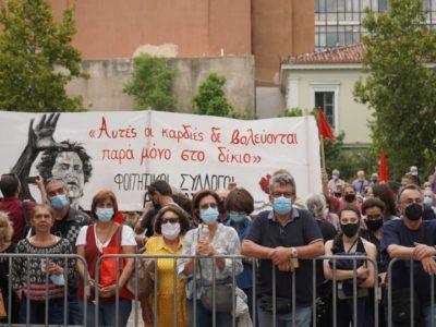 Foule aux funérailles de Mikos Théodorakis, en Crète.