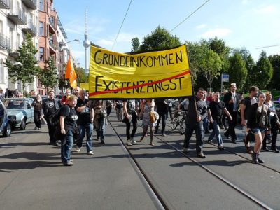 800px-Grundeinkommen_statt_Existenzangst_BGE_Berlin_2013.v1